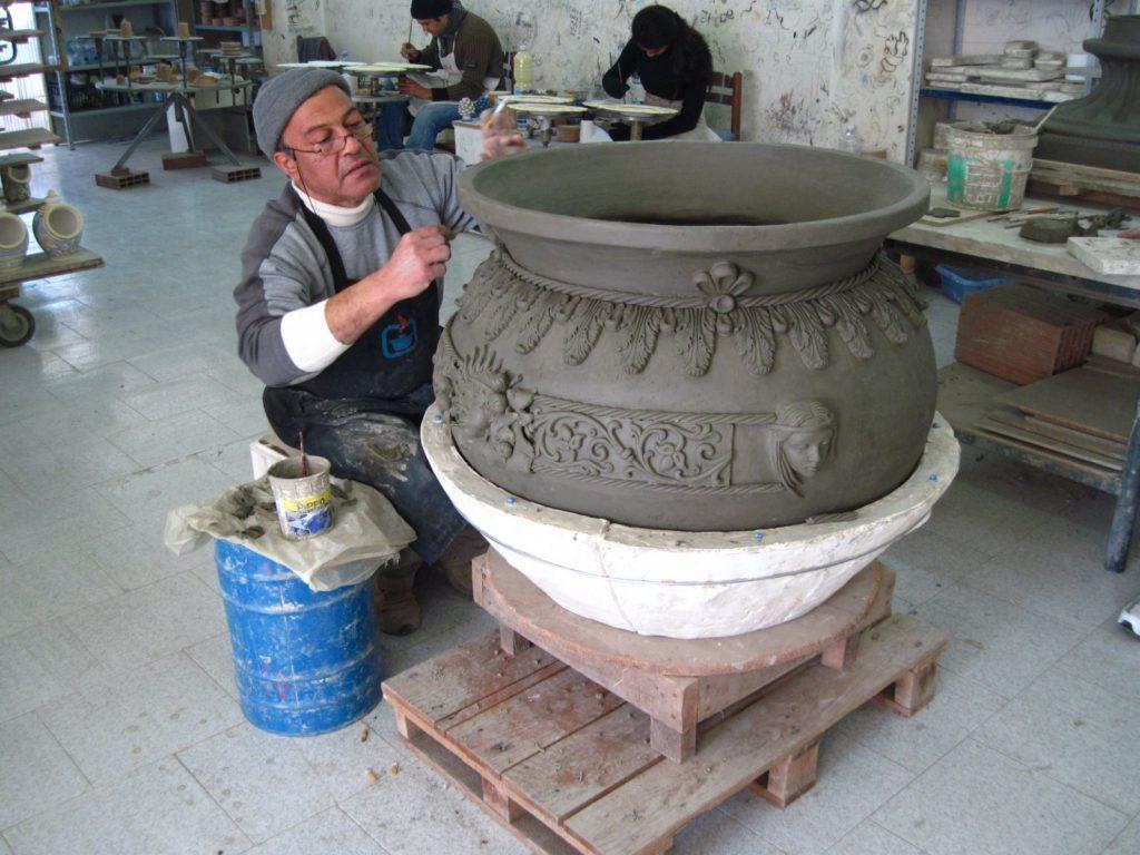 Imaestro Ripullo mentre modella un vaso Ceramiche Ripullo Caltagirone